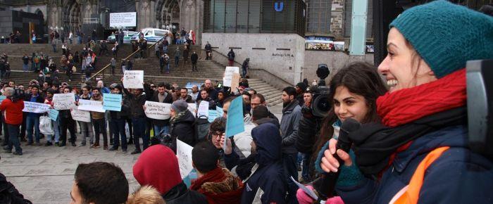 Almanya'da Suriyeli sığınmacılar gül dağıttı