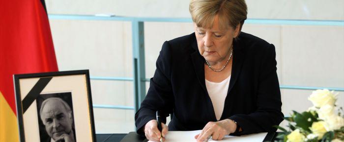 Merkel taziye defterini imzaladı