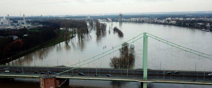 Ren Nehri'nin yüksekliği kritik düzeyi aştı