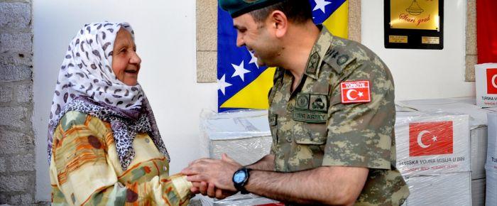 Türk askerinden Saraybosna'daki aşevine yardım