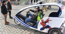 Kütahyalı 'bisiklet taksici' Köln'ü turistlere anlatıyor